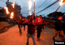 بھارت کی جانب سے سڑک کی تعمیر کے خلاف نیپال میں احتجاج کا منظر۔