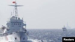 """中国海警船在南中国海上的中国""""海洋石油981号钻井平台""""附近,距离越南海岸大约210公里(资料照片)"""
