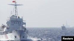 Tàu Cảnh sát biển Trung Quốc gần giàn khoan Hải Dương 981 ở Biển Ðông, khoảng 210 km (130 dặm) ngoài khơi bờ biển Việt Nam, ngày 14/5/2014.