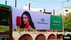 印度乌代普尔,一条神牛经过OPPO新款手机广告。(美国之音朱诺拍摄,2017年11月09日)