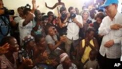 Umunyamabanga Mukuru wa ONU, Ban Ki-moon (mu kuboko kw'iburyo), muri Haiti, aho yagiye kugarukira ku mbarabare zasinzikajwe n'igihuhusi Matthew.