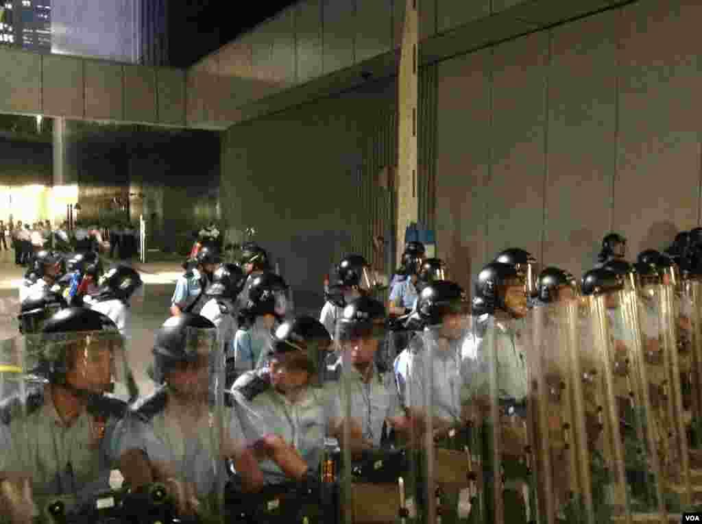 港警方清场公民广场 外界批使用过分武力(美国之音海彦拍摄)
