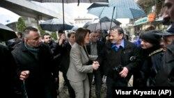 Sırbistan sınırındaki Vuştri'ye giden Kosova Cumhurbaşkanı Atifete Jahjaga, halkına AB ülkelerine sığınmak amacıyla ülkelerini terk etmeme çağrısında bulundu. Vuştri'den otobüslerle Sırbistan'a geçen Kosovalılar, oradan zorlu bir yolculukla Macaristan üzerinden AB ülkelerine dağılıyor.