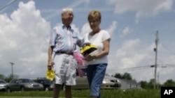 George Schatzlein y Linda Cripe buscan juguetes para niños en una venta de jardín en Greenfield, Indiana.