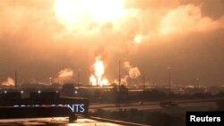 Пожар на на нефтеперерабатывающем заводе компании Philadelphia Energy Solutions. Филадельфия, Пенсильвания, 21 июня 2019 г. Photo: WCAU-TV/NBC via REUTERS