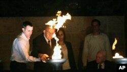 Ông Tzvi Michaeli và cháu trai thắp đuốc trong lễ tưởng niệm nạn nhân Holocaust tại Jerusalem, ngày 27/4/2014.