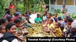 Warga Nirkuri, Nduga, berkumpul bersama menjelang Pemilu, 11 April 2019 (courtesy: Yosekat Kamarigi)