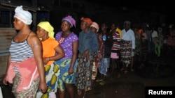 10月20日利比里亞民眾排隊領取由醫生無國界發出的防伊波拉疫情的用品。