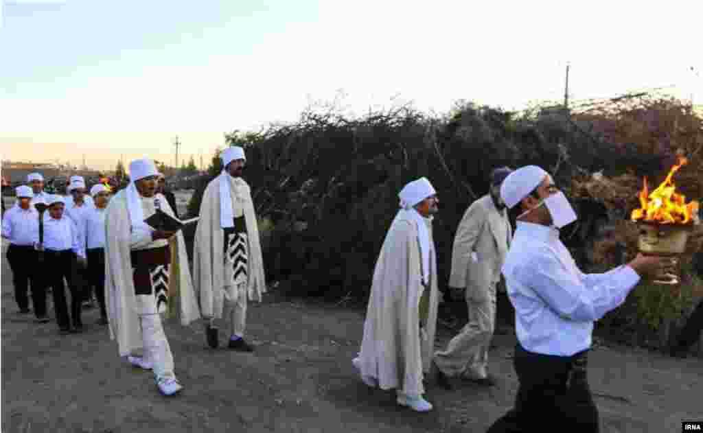 جشن سده در کرمان. چهل روز پس از شب یلدا، (دهم بهمن ماه) جشن سده یا «سده سوزی» در میان زرتشتیان برگزار می شود که جشن پیدایش آتش است