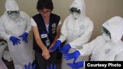 WHO chỉ dẫn cho các nhân viên y tế Sierra Leone làm thế nào để điều trị bệnh nhân Ebola và phòng chống nhiễm khuẩn trong các cơ sở y tế.