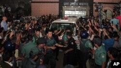 Nhân viên an ninh Bangladesh vây quanh chiếc xe chở thi hài của ông Mahammad Qamaruzzaman rời khỏi nhà tù sau khi ông bị hành quyết, Dhaka, Bangladesh, 11/4/15