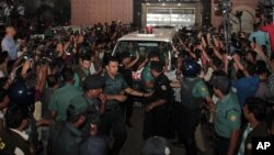 Bangladeshi security personnel cordon an ambulance leaving Central Jail carrying the body of Mohammad Qamaruzzaman, an assistant secretary general of Jamaat-e-Islami party, after he was executed in Dhaka, April 11, 2015.