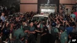 Petugas keamanan Bangladesh mengawal mobil ambulans yang meninggalkan penjara pusat membawa mayat Mohammad Qamaruzzaman, asisten sekertaris jenderal partai Jamaat-e-Islami, setelah pelaksanaan hukuman mati di Dhaka, Bangladesh, 11 April 2015.
