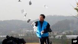 Một nhà hoạt động Hàn Quốc dùng bong bóng để rải truyền đơn sang Triều Tiên.