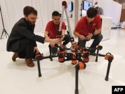 미국 카네기멜런대학교 로봇공학과 학생들이 개발한 탐사구조로봇이 지난해 6월 라스베이거스에서 열린 기술박람회에 전시됐다.