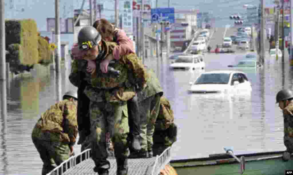 Наводнение в городе Ишимаки. Вооруженные силы Японии проводят спасательные работы на месте трагедии. 13 Марта 2011 год