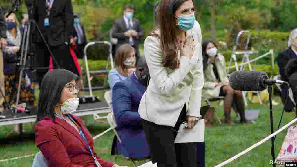 """캐틀란 콜린스 CNN 백악관 출입기자가 도널드 트럼프 미국 대통령의 """"중국에 물어보라""""는 말에 대해 추가 질의를 하고 있다. 트럼프 대통령은 백악관에서 열린 기자회견에서 바이러스 감염증 대응에 대해 질의하는 아시아계 CBS 방송"""