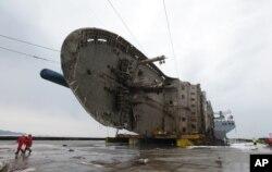반잠수식 선박에 실린 세월호. 해양수산부는 29일부터 세월호 부양을 위해 선미에 추가로 설치했던 날개탑(부력탱크) 4개를 제거하고 30일께 세월호를 실은 반잠수식선박을 출발시킬 계획이다.