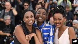 La réalisatrice Wanuri Kahiu (G) et les actrices Samantha Mugatsia et Sheila Munyiva au 71ème festival international du film, Cannes, le 9 mai 2018.