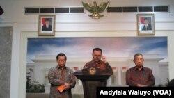 Menteri ESDM Sudirman Said di kantor Presiden, Jakarta, Rabu, 23 Desember 2015, mengumumkan penurunan harga BBM yang mulai berlaku pada 5 Januari 2016. (VOA/Andylala)