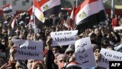 Phụ nữ Ai Cập biểu tình tại Quảng trường Tahrir trong thủ đô Cairo hôm 23/12/11 hô các khẩu hiệu đòi người đứng đầu hội đồng quân nhân cầm quyền từ chức