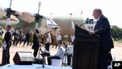 Benjamin Netanyahu yana jawabi a filin saukan jiragen sama na kasar Uganda