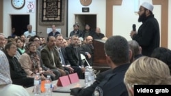 Umat Muslim, Kristen dan Yahudi berkumpul di masjid untuk berdoa bagi korban penembakan massal San Bernardino dan keluarga mereka, Corona, California.