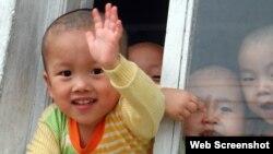 '한-슈나이더 국제 어린이재단' 웹사이트에 북한 지원 활동을 소개하기 위해 실린 사진. 북한 어린이가 환하게 웃고 있다.