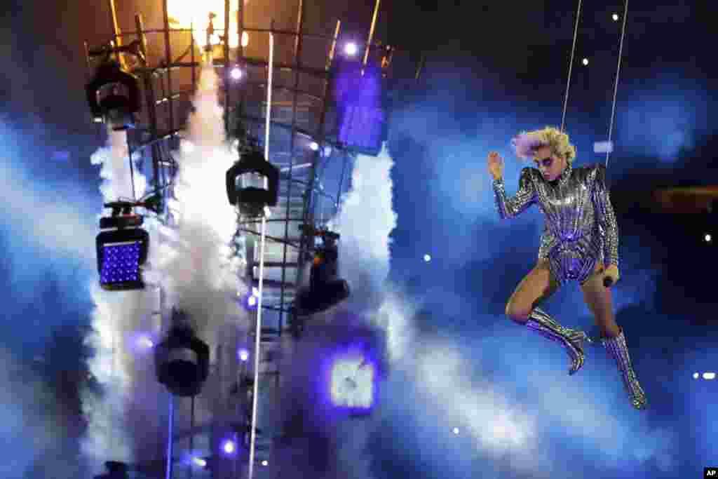 اجرای لیدی گاگا، هنرمند و خواننده سرشناس آمریکا، در برنامه میان نیمه سوپربال امسال.