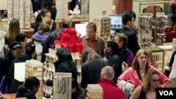 Department store Macy's di Manhattan, New York, padat dengan pembeli pada Black Friday Jumat lalu. Hari ini, para pembeli akan kembali mencari diskon online pada Cyber Monday.