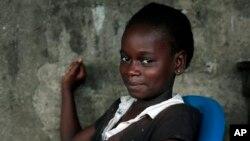 Une petite libérienne qui a survécu au virus à Ebola à Monrovia (AP)