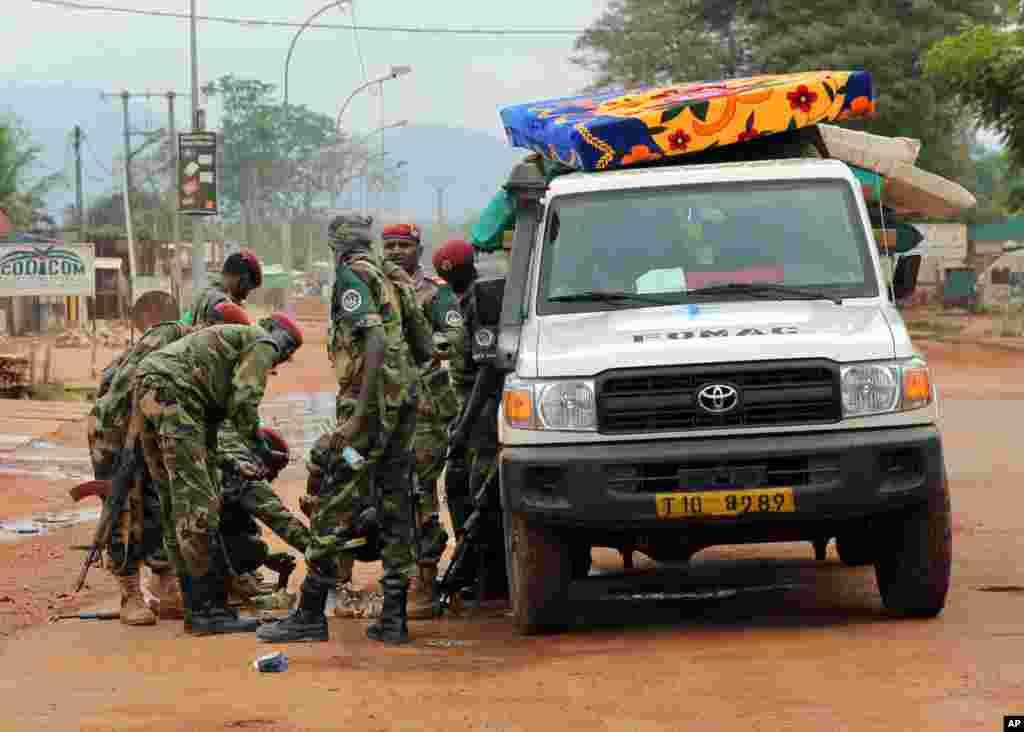 Tropas recarregam as suas armas enquanto abandonam a área próximo do aeroporto em Bangui, República Centro-Africana, Dez. 10, 2013.