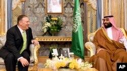 마이크 폼페오 미 국무장관과 사우디 실권자인 모하마드 빈 살만 왕세자가 18일 제다에서 회동했다.