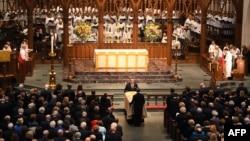 មឈូសត្រូវបានគេនាំយកចូលមកក្នុងព្រះវិហារ ក្នុងពិធីបុណ្យសពអតីតស្ត្រីទី១ លោកស្រី Barbara Bush នៅព្រះវិហារ St. Martin's Episcopal Church ក្នុងទីក្រុង Houston រដ្ឋតិចសាស់ កាលពីថ្ងៃទី២១ មេសា ២០១៨។