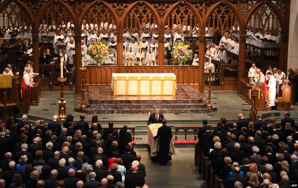 2018年4月21日,在前美國第一夫人芭芭拉·布什的葬禮上,她的靈柩被送入德克薩斯州休斯頓的聖馬丁主教教堂。