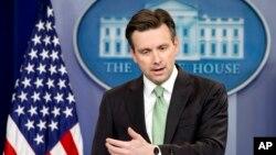 조시 어니스트 미 백악관 대변인이 지난 15일 정례브리핑에서 기자들의 질문에 답하고 있다.