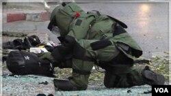 Penjinak bom di Bangkok memeriksa tas yang diduga berisi bahan peledak (14/2). Israel mengaitkan bom di Bangkok dengan serangan bom di New Delhi dan Tbilisi, Georgia.
