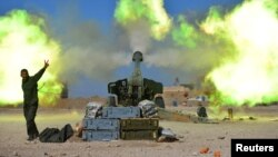Les Unités de mobilisation populaire (Hachd al-Chaabi) tirant sur les positions du groupe Etat islamique, Mossoul-ouest, Irak, le 22 février 2017.