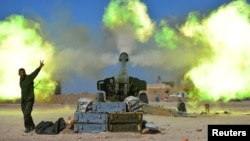 Fuerzas Populares de Movilización disparan contra militantes del grupo Estado islámico durante la batalla por Mosul.