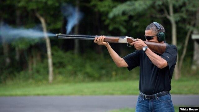Tổng thống  Obama nhắm bắn các mục tiêu bằng đất sét tại Trại Davi, ngày 4/8/2012.
