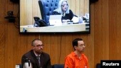 纳赛尔和他的辩护律师听取法官宣布量刑裁决。