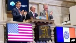 纽约市场布隆伯格2012年10月31日在纽约股票交易所敲响开盘钟
