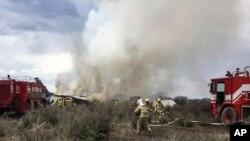 Rescatistas y bomberos en el sitio del accidente de un avión de Aeromexico, cerca del aeropuerto de Durango, México, el martes, 31 de julio de 2018.