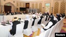 طالبان اور امریکی حکام دوحہ میں قطر کے عہدے داروں کی موجودگی میں افغان امن سمجھوتے پر مذاکرات کر رہے ہیں۔ (فائل فوٹو)