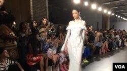 Barli Asmara mengangkat ragam busana terinspirasi aristokrat Perancis Marie Antoinette dalam balutan gaun serba putih.
