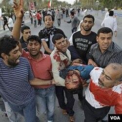 Salah seorang demonstran anti pemerintah terluka akibat tembakan pasukan keamanan, Jumat (18/2).