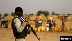 Un soldat nigérien monte la garde dans un camp de la ville de Diffa au cours de la visite du ministre de l'Intérieur Mohamed Bazoum du Niger suite à des attaques par des combattants de Boko Haram dans la région de Diffa, au Niger, 18 juin 2016.