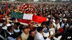 ພວກໄວ້ທຸກ ແບກຫີບສົບທ່ານ Bashir Ahmed Bilour ສະມາຊິກສະພາອະວຸໂສຂອງປາກິສຖານ ທີ່ເສຍຊີວິດໃນການໂຈມຕີສະຫຼະຊີບ ແນໃສ່ກອງປະຊຸມ ຂອງພັກແຫ່ງຊາດອາວາມີຂອງທ່ານ ທີ່ຕໍ່ຕ້ານພວກທາລີບານ ຢູ່ທີ່ເມືອງ Peshawar (23 ທັນວາ 2012)