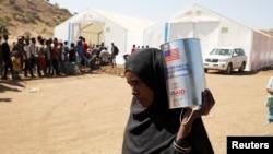 提格雷地區的難民12月3日在埃塞俄比亞和蘇丹邊境的難民營領取美國政府提供的糧食救助。