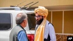 Na fotografiji koju su objavili Talibani, Anas Hakani, lider Hakani grupe razgovara sa avganistanskim zvaničnikom Abdulom Abdulom u Kabulu 18. avgusta 2021.